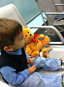 In aereo da sola con bambino - Peekaboo Travel Baby