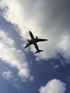 In aereo da sola con bambino