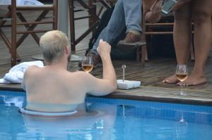 Daybreak Hotels_Radisson turista in piscina